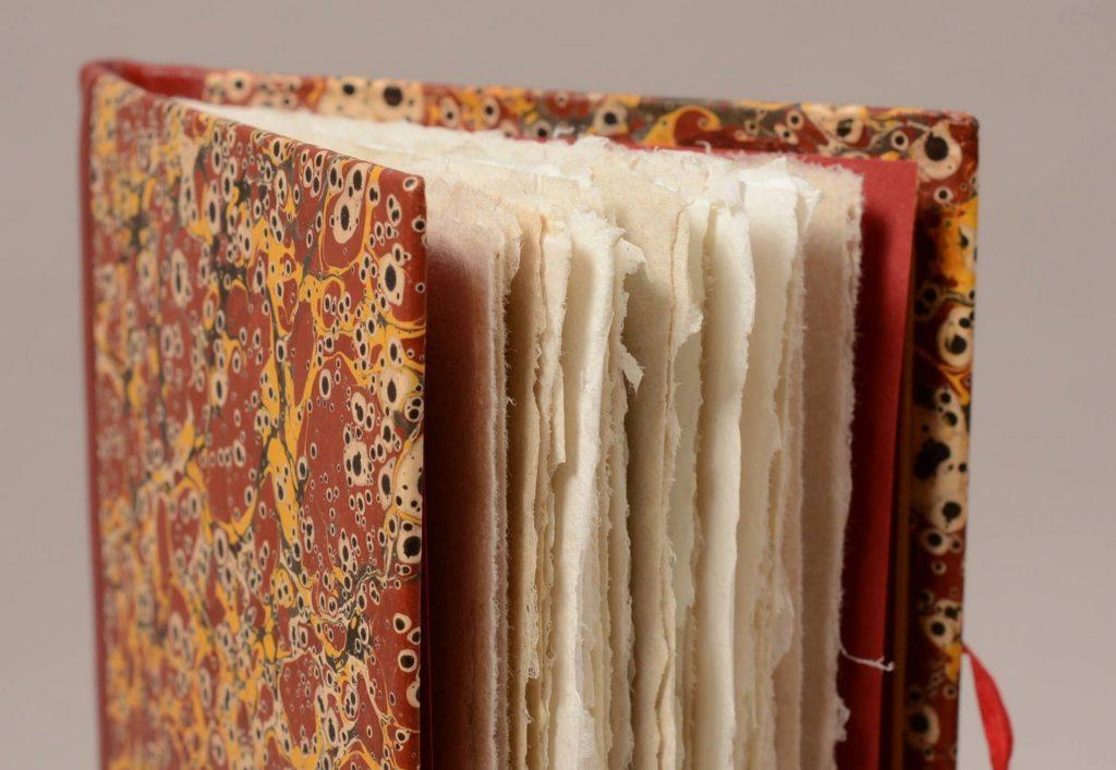 Knygrišės restauruotojos Kristinos Lukoševičienes įrisimas || Binding by bookbinding-restorer Kristina Lukoševičienė